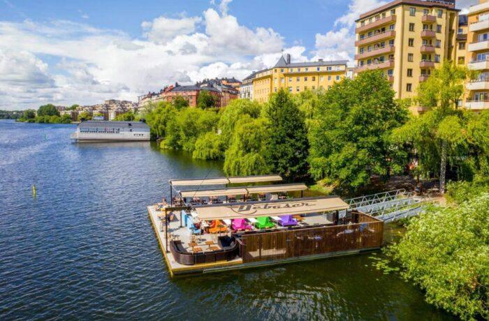 Restauracja pływająca na pontonach w Debaser